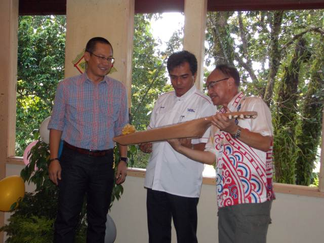 Encik Johanif receiving gift.